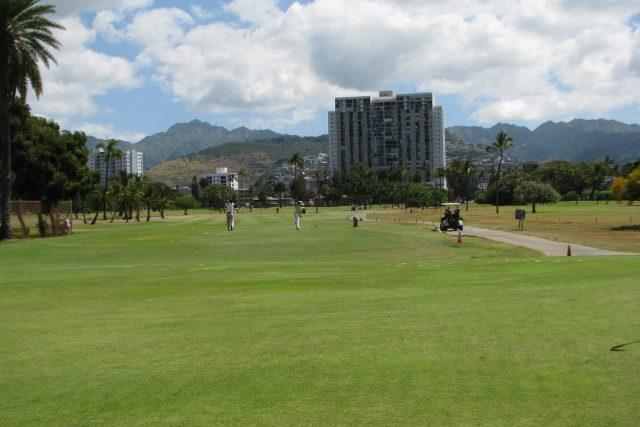 「世界で最も混雑している」アラワイゴルフ場でプレーする方法