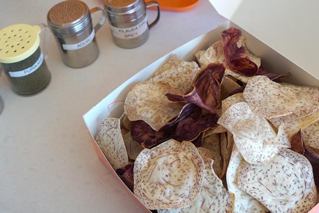 隠れ家的な工場で買う、揚げたてのタロイモとサツマイモのチップス
